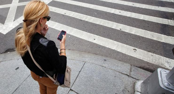 В Раде предложили запретить пешеходам пользоваться телефонами на дороге