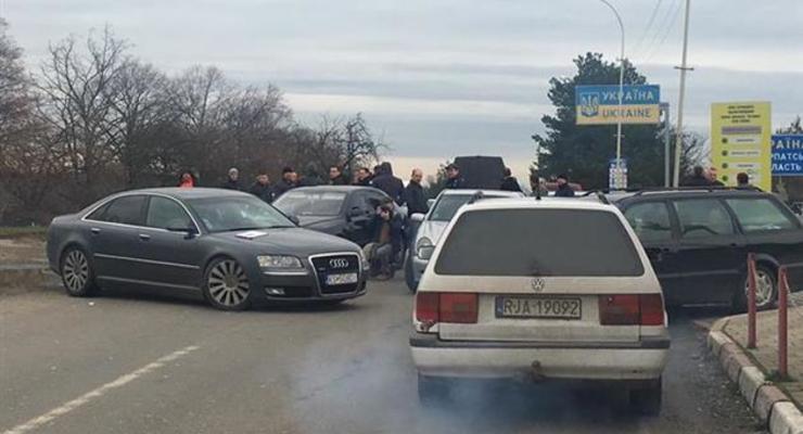 На Закарпатье водители блокируют границу из-за справок с СТО