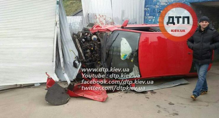 В Киеве пьяный водитель на Skoda влетел в киоск