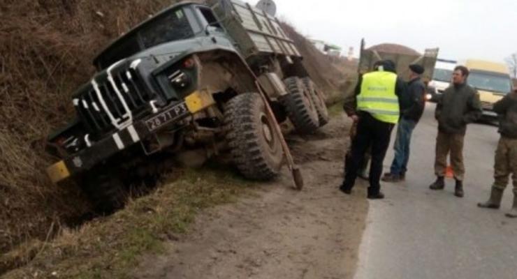 Грузовик военных попал в аварию во Львове
