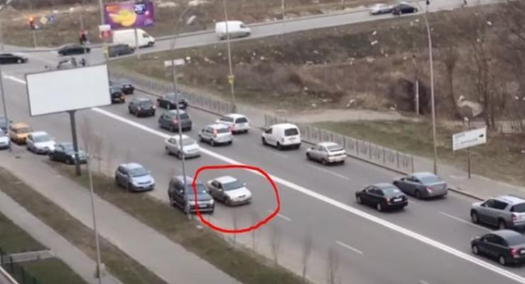 В Киеве водитель оригинально объехал пробку