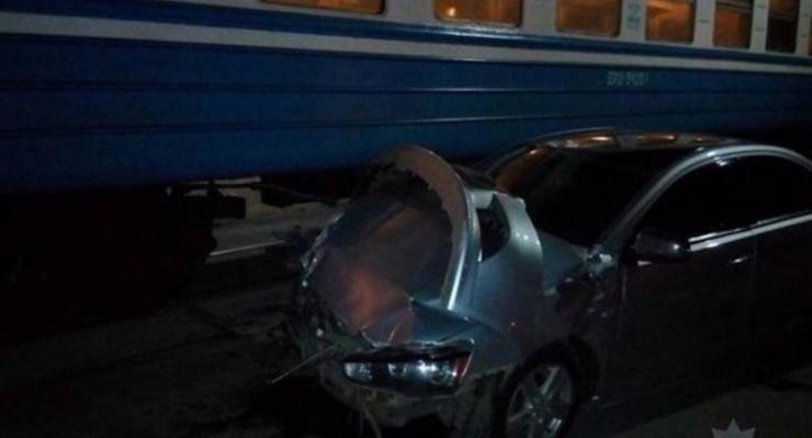 В Харькове Mitsubishi врезался в электричку
