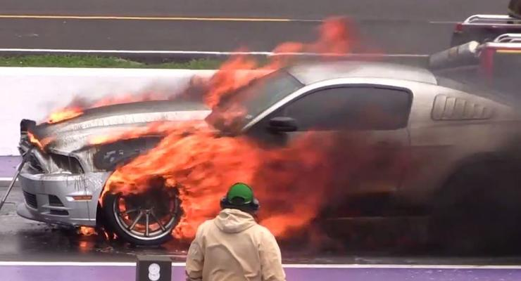 В США Ford Mustang сгорел на дрэг-рейсинге