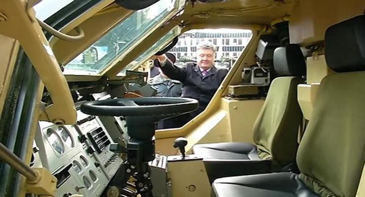 Петр Порошенко испытал обновленный БТР-4