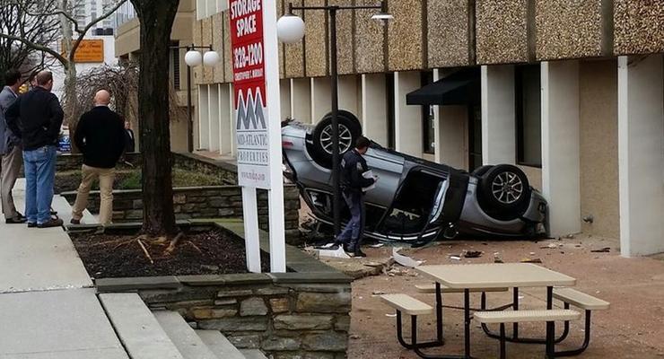 """В США женщина """"уронила"""" Audi Q5 c четвертого этажа парковки"""