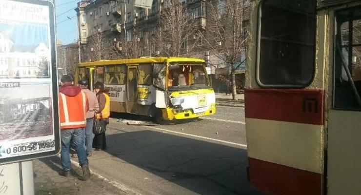 В Мариуполе маршрутка попала в аварию, пострадали восемь человек