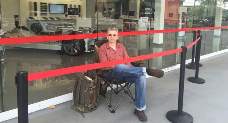 В Австралии мужчина занял живую очередь за Tesla Model 3 за два дня до старта продаж