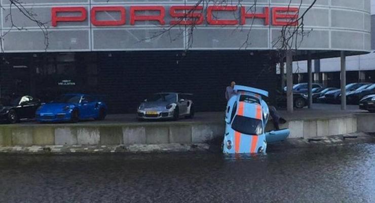 Фотофакт: в Голландии спорткар Porsche уронили в канал