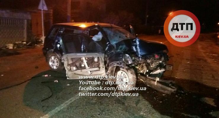Под Киевом Ford Focus врезался в забор, есть погибший