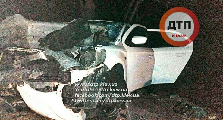 В Киеве Citroen разбился об отбойник на Ирпенском шоссе