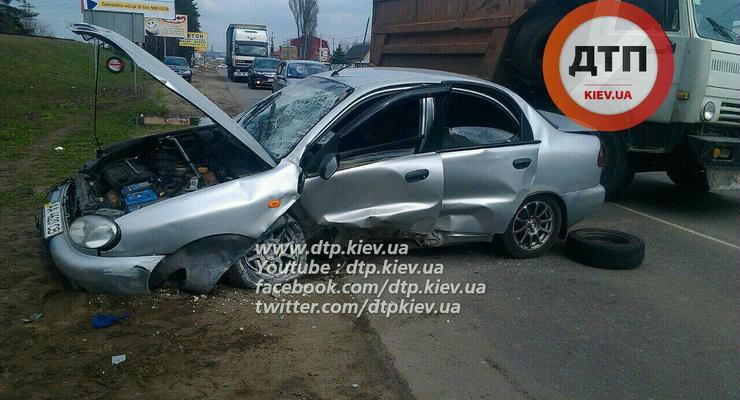 Под Киевом Daewoo разбился о рекламный щит, пострадал водитель