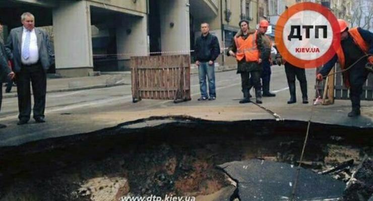 В центре Киева провалился асфальт, движение перекрыто