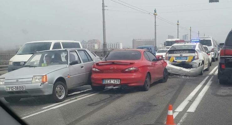 В Киеве на мосту Патона образовалась пробка из-за ДТП
