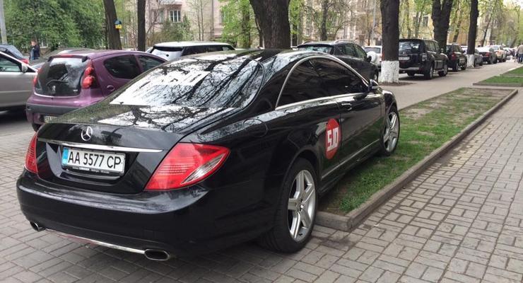 Фотофакт: политик Геннадий Балашов припарковал свое авто на газоне