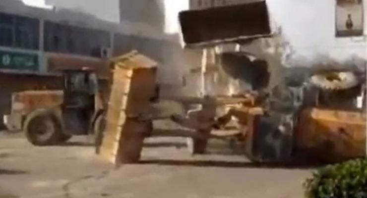 В Китае водители бульдозеров устроили битву посреди улицы