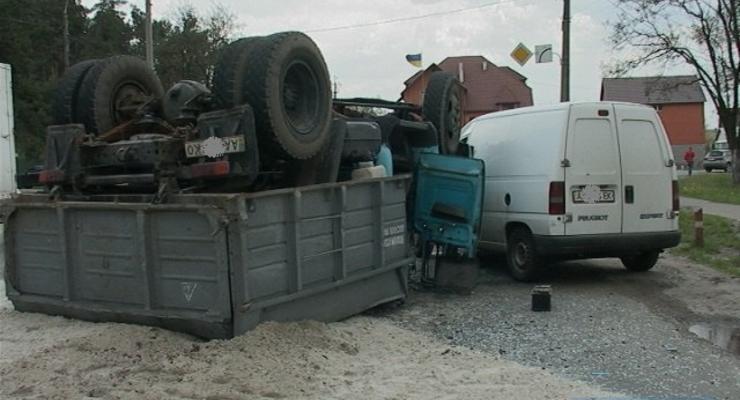 В Киеве на Бортничах перевернулся грузовик
