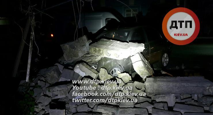 В Киеве на Daewoo Lanos упала стена