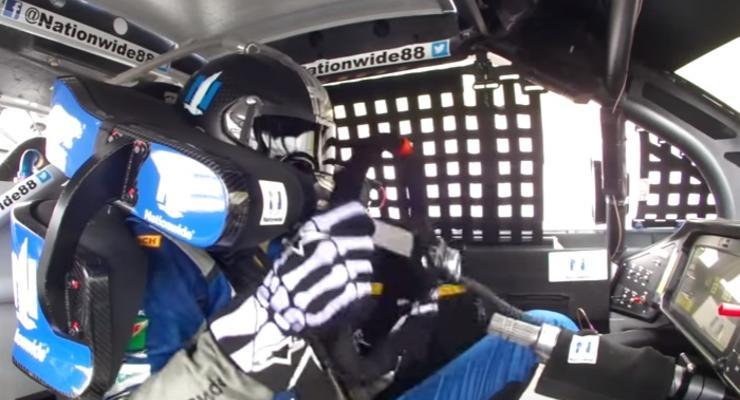У гонщика NASCAR на ходу оторвался руль