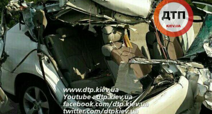 Под Киевом Lexus врезался в грузовик