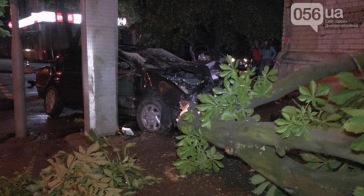 В Днепропетровске Nissan врезался в дерево, есть погибшие
