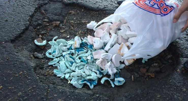 В России яму на дороге засыпали зубами