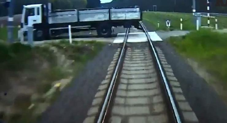 В Польше машинист поезда спас пассажиров при таране грузовика