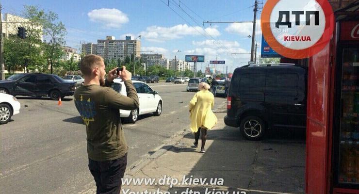 В Киеве Volkswagen влетел в остановку