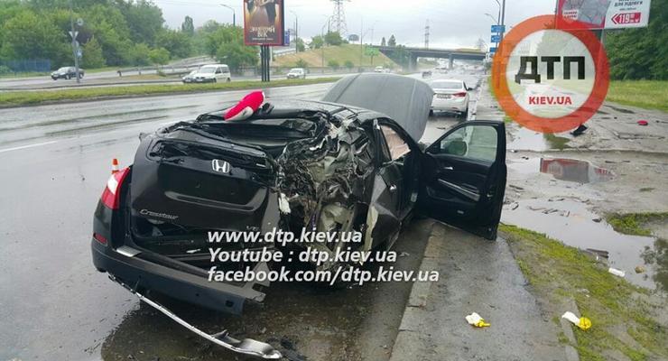 В Киеве машина Антона Геращенко врезалась в столб