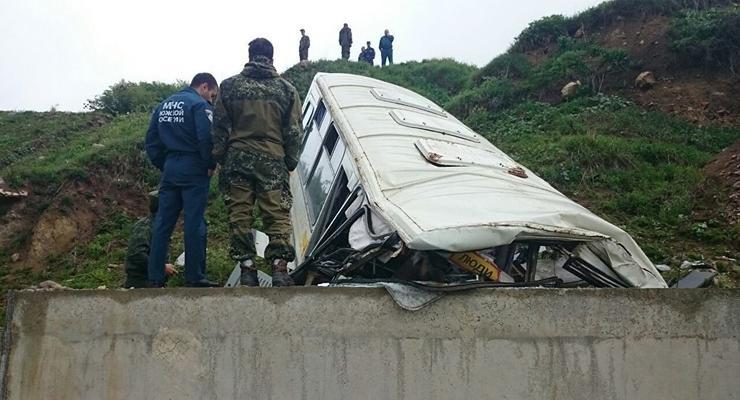 В непризнанной республике автобус с российскими военными рухнул с обрыва
