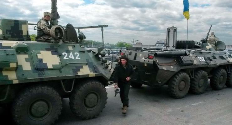 В Киеве колонна БТР устроила пробку на Жулянском путепроводе