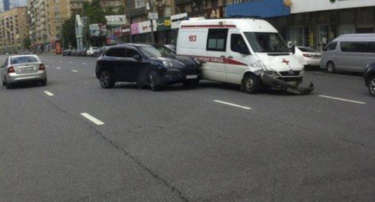 В Москве Porsche Cayenne протаранил карету скорой помощи