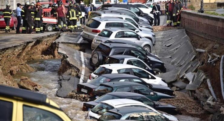 В Италии десятки припаркованных авто провалились под землю
