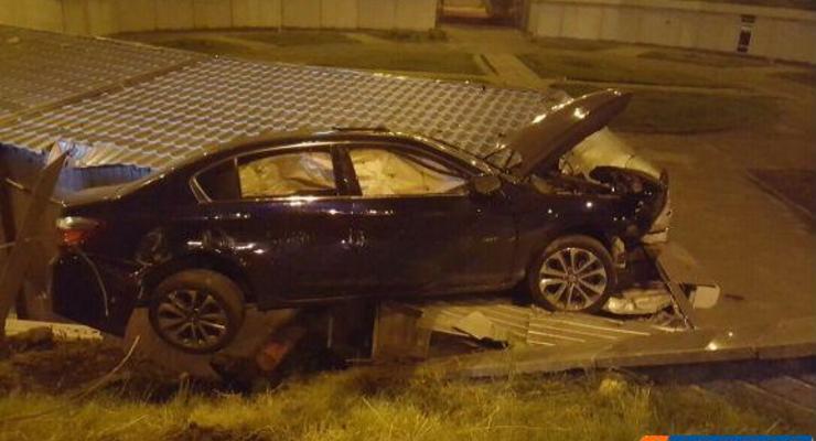 В Киеве Honda вылетела на крышу киоска
