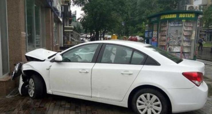 В Харькове Chevrolet врезался в здание
