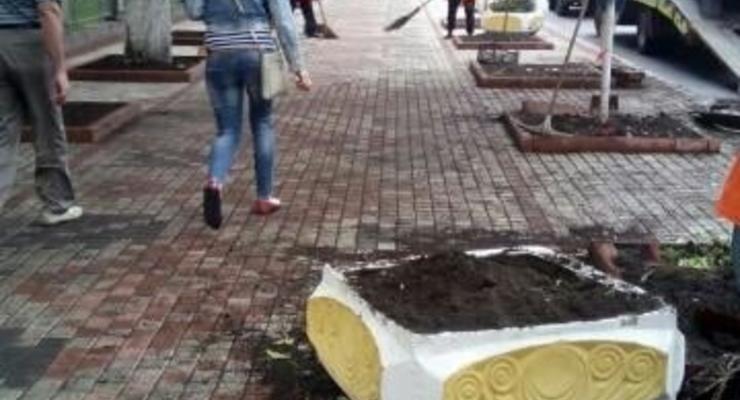 В Киеве пьяный за рулем разрушил новый тротуар