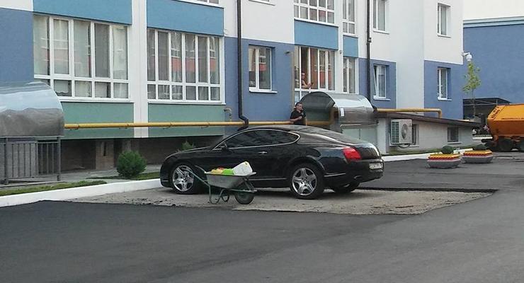 Фотофакт: в Киеве заасфальтировали дорогу в обход припаркованного Bentley