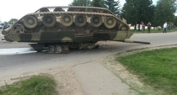 На трассе в Подмосковье перевернулся танк
