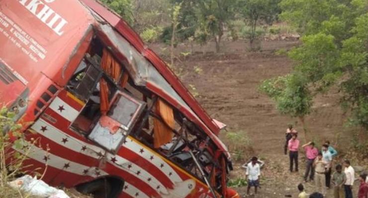 В Индии автобус упал с высоты шесть метров: 17 погибших