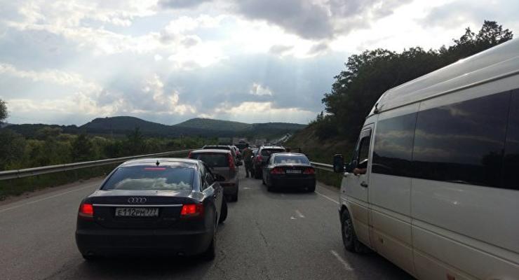 В Крыму автомобили стоят в километровых пробках