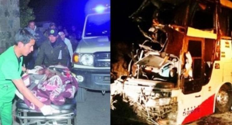 В Боливии автобус врезался в скалу: есть жертвы