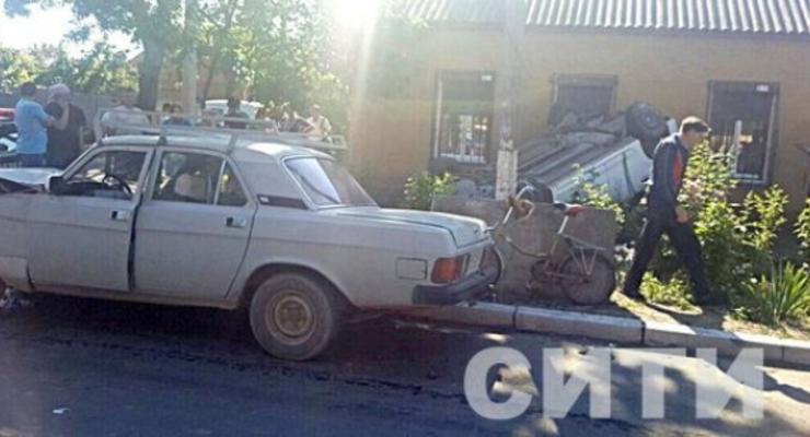В Одесской области Renault врезался в дом и перевернулся