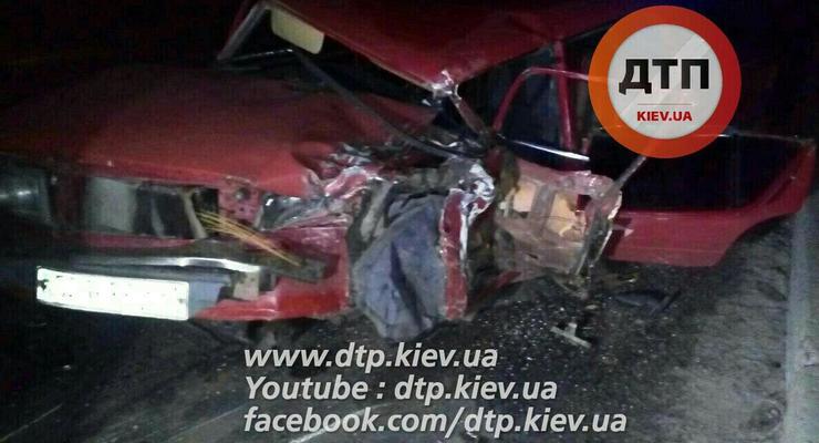 Под Киевом ВАЗ выехал на встречку и столкнулся с двумя авто