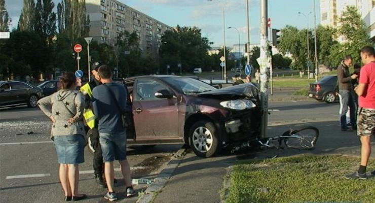 В столице из-за столкновения двух авто пострадал велосипедист