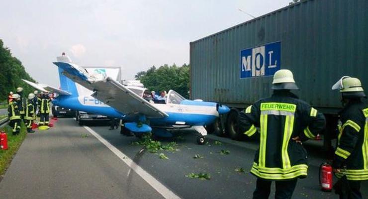 В Германии самолет попал в ДТП при посадке на автобан