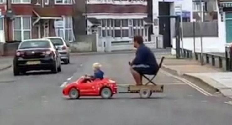 Юный водитель: мальчик с папой на игрушечной машине насмешил сеть