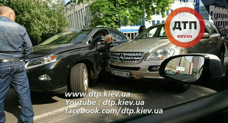 """В Киеве Lexus """"нашел"""" Mercedes на двойной сплошной"""