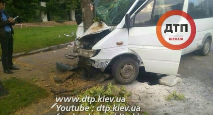 В Киеве водитель Mercedes уснул за рулем и врезался в дерево