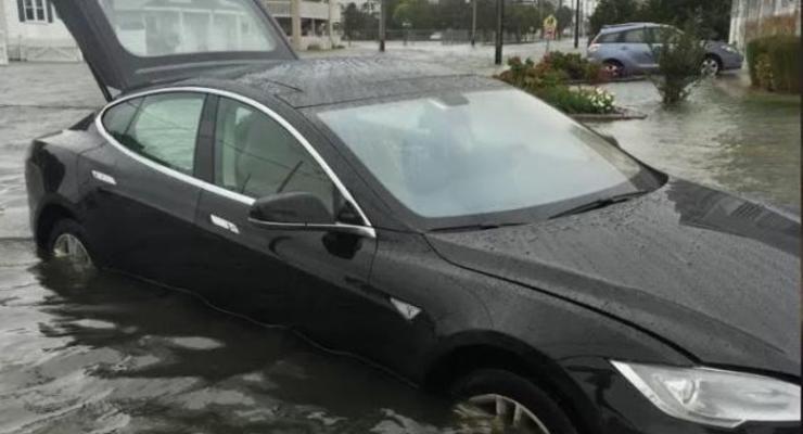 В Казахстане заметили плавающую Tesla Model S