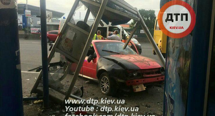 Появилось видео столкновения авто с остановкой в Киеве