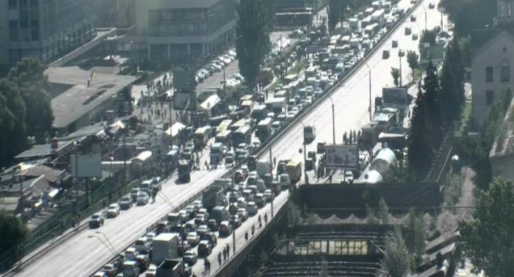 Утро в Киеве началось с километровых пробок